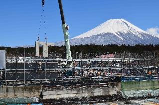 雪をいただいた富士