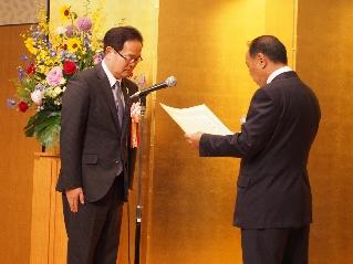 小瀬谷会長(左)から感謝状を贈呈される小松原校長
