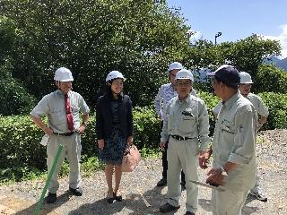 視察する牧島議員(左から2人目)
