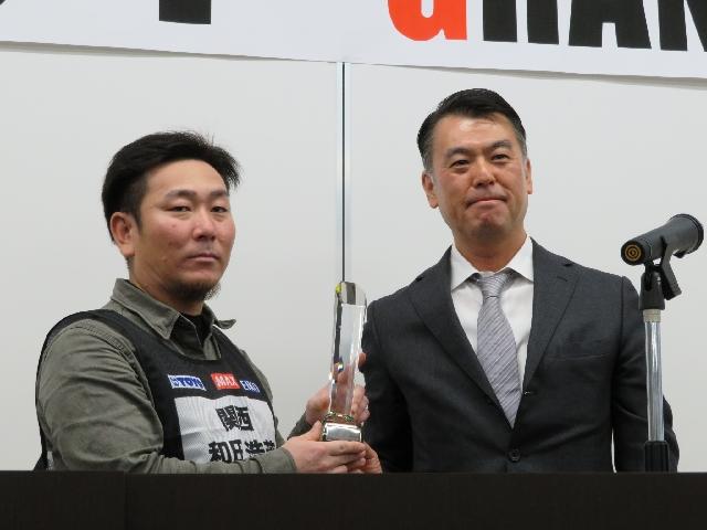 松居孝道企画専門官からトロフィーを受け取る第1位の和田氏